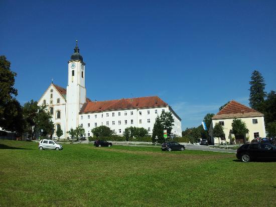 Klosterschänke: Kloster Dietramszell, rechts daneben die Schänke