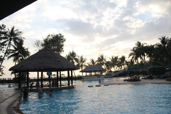 The Santosa Villas & Resort: sunken bar and kids pool and sunset