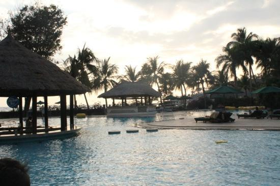 The Santosa Villas & Resort: pool by the sea