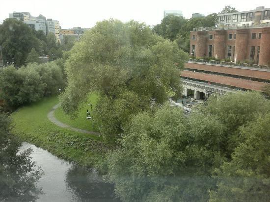 Chateau Apartments: Río y hotel enfrente.
