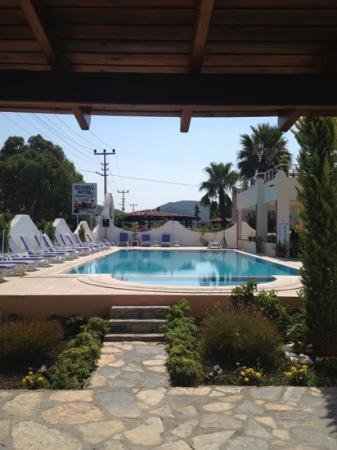 Belesh Hotel: view of pool