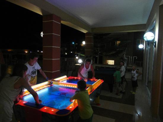 Castro Beach Hotel: Nocna gra i zabawa