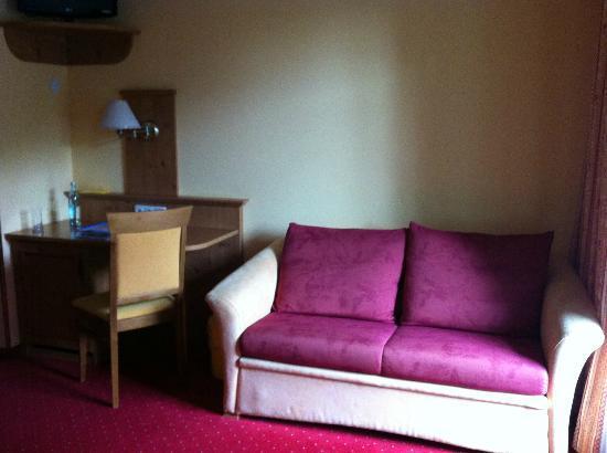 Hotel Seehof Herrsching: Диван в двухместном номере