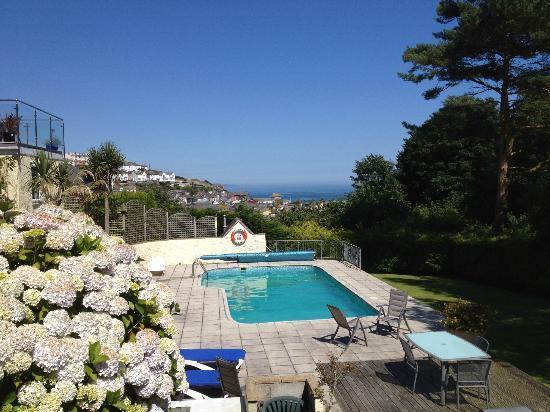 Trennicks B&B: gardens and pool
