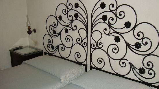 Hotel Andreina: My bed was very comfortable with beautiful iron head and soft bedding