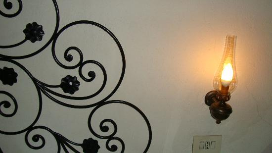 Hotel Andreina: Lighting on a bed side