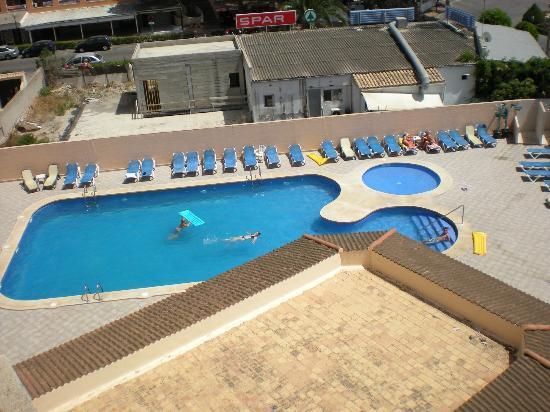 Apartaments La Perla Negra: Piscina (vista desde la habitación)