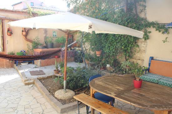 Le Cisterne B&B: Il giardino/terrazza dove si consuma la colazione