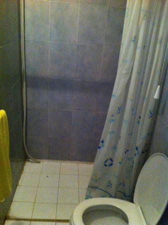 Scarico del condizionatore nella doccia - Foto di Hotel Sara, Santa ...