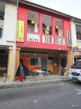 Feel At Home Hostel: 정문 외관