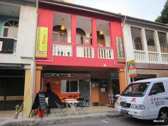 Feel At Home Hostel: 정문 외관(2층)