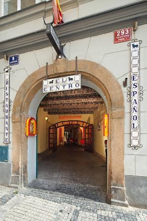El Centro : entrance from Maltezske square