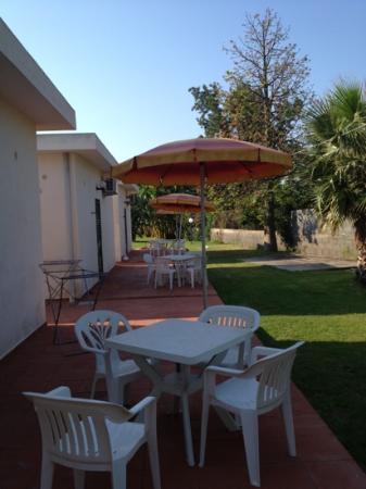 Villaggio Artemide: tavolo in giardino