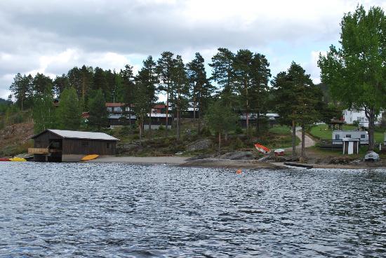 Nedre Strand Hytteutleige: hytterne fra søen