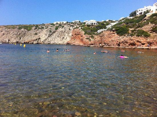 Cala Morell: Gente tomando un bañito por la tarde