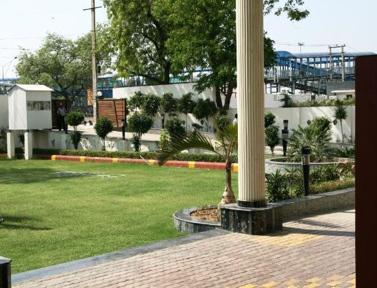 Hotel Saffron Kiran: Guest Entrance Area