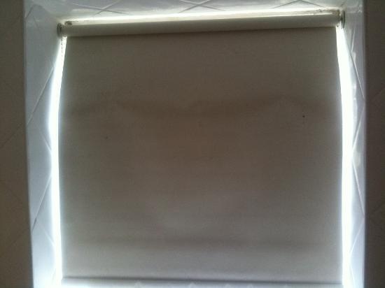 Stone House Hotel: Bathroom window blind