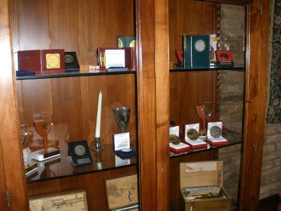 La Casa del Cofrade: trofeos de la bodega