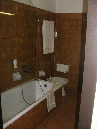 Vega Hotel: bagno ampio.
