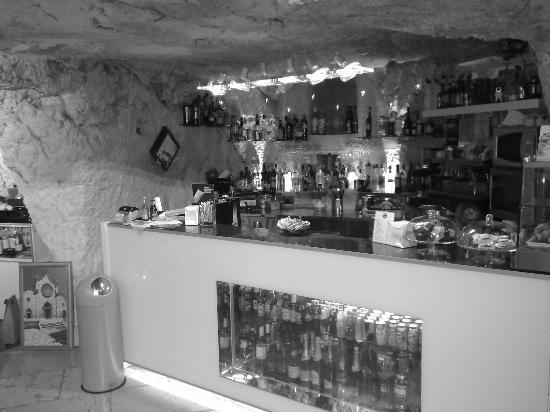 Monna Lisa Caffe: Bancone bar del Monna Lisa Caffè incastonato nella roccia.