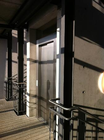 Hotel Guenter : Лифт между корпусами - фактически на улице, но под крышей