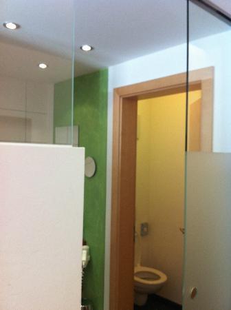 Hotel Guenter : Санузел расположен за раздвижной стеклянной дверью. Сначала - душ и раковина, далее - туалет
