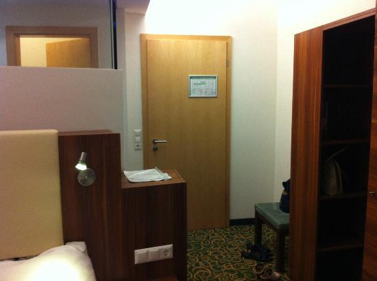 Hotel Guenter : Двухместный номер. Слева вверху - за стеклом душ и раковина