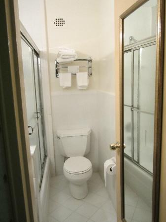 JFK Inn: Vista del baño