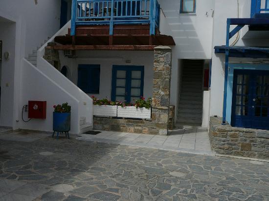 Karabatsis Studios: αίθριο