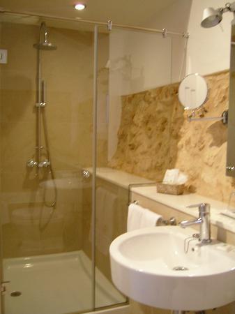 Hotel Rural Binigaus Vell: Baño con bañera y ducha