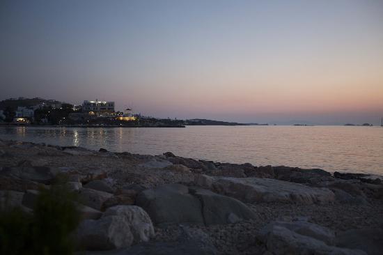 بارندروسس هوتل: Vue depuis la route qui va du port à l'hotel. Qui est aussi l'endoit où il y a tous les restos!