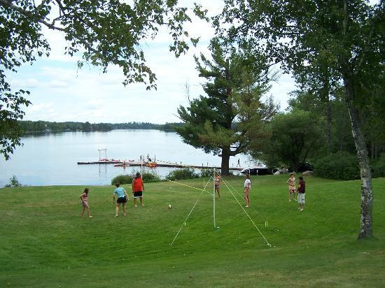 Pike Bay Lodge: volleyball and game area