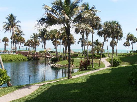 Pointe Santo de Sanibel: Bridge to the pool