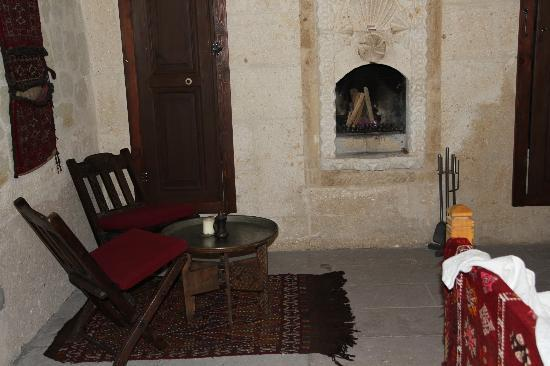 Asmali Cave House : CAMERA DA LETTO CON CAMINETTO