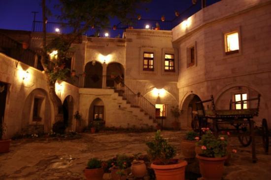 Caravanserai Cave Hotel: Das Hotel bei Nacht