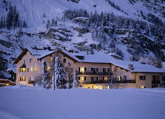 Hotel Chesa Randolina : Aussenansicht Winter