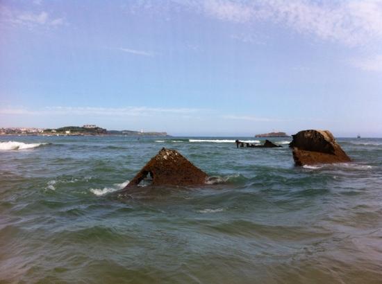Playa de El Puntal: Naufragio. Al fondo, Santander