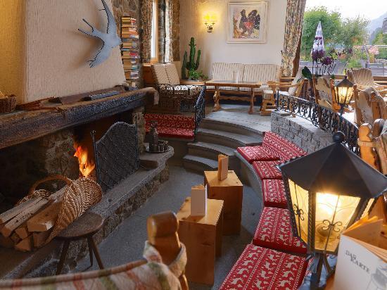 Hotel Chesa Randolina : Kaminhalle/Aufenthaltsraum