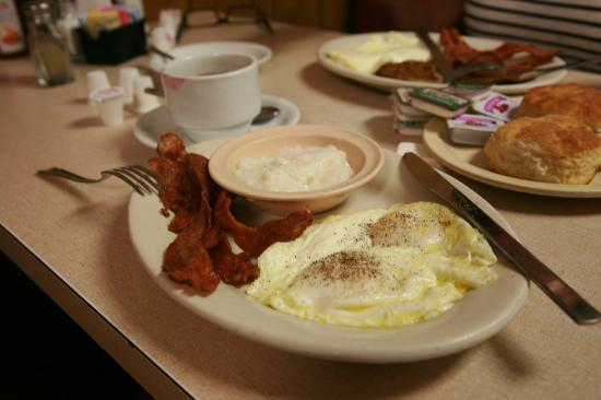 Avenue Plaza Resort: Eggs, Bacon, Grits, Biscuits at the Please U diner