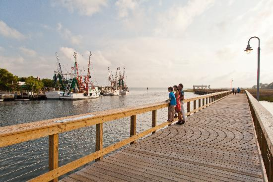 Mount Pleasant, Южная Каролина: Watch the shrimping fleet some in with their local catch from the 10' boardwalk