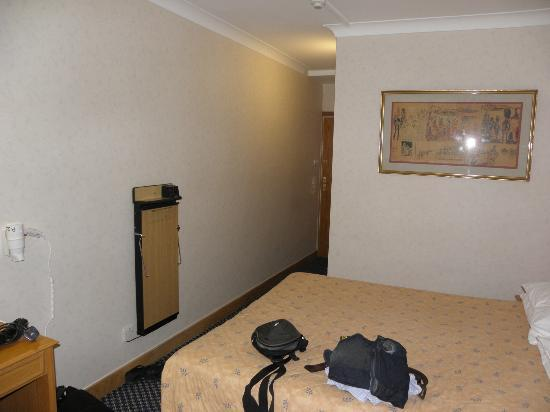 President Hotel: Small but adequate room