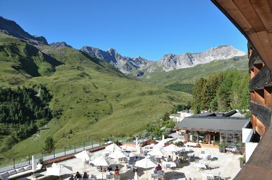 Arosa Kulm Hotel & Alpin Spa : The dining terrace with unhindered mountain views, as seen from the balcony of our room on Level