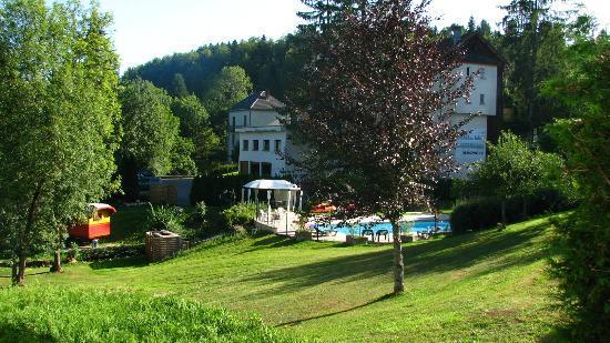Chaux-des-Crotenay, Γαλλία: Le jardin et la piscine
