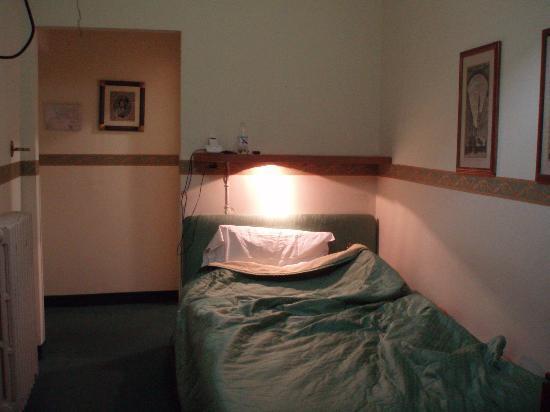 Hotel Argentina: 入り口とバスルームは部屋からは見えない