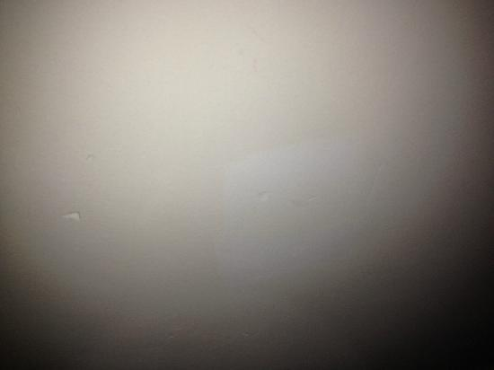 Premier Inn Maidstone (A26/Wateringbury) Hotel: Dents and marks on suite wall