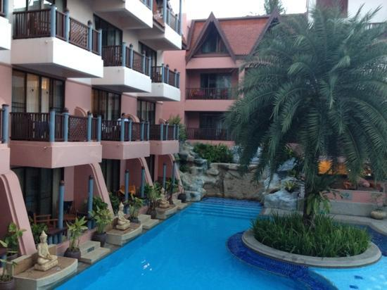 Seaview Patong Hotel: hotel exterior and swimming pool