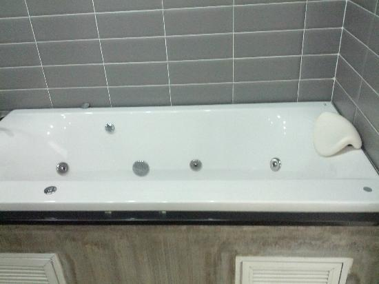 Lanta Loft Serviced Apartments : bathroom Jacuzzi