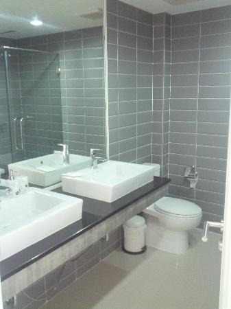 Lanta Loft Serviced Apartments: bathroom #1