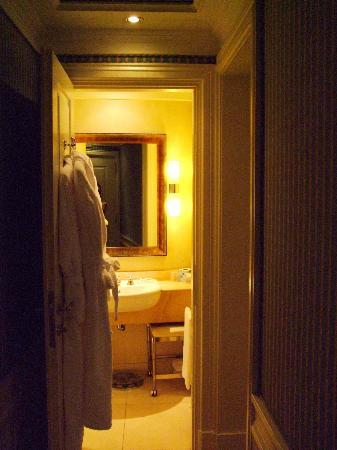 Hotel Stendhal: The bathroom