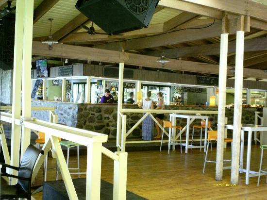 ฟิทซ์รอยไอซ์แลนด์รีสอร์ท: Foxy's Bar: meals and drinks (more affordable than the hotel restaurant)